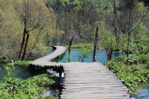 Steg führt über Plitwitzer Seen, Kroatien